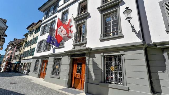 Das Stadthaus von Bremgarten - drei Fahnen wehen vor dem Eingang
