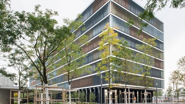 Der SBB-Hauptsitz mit den Glasfassaden in einer Totalen.