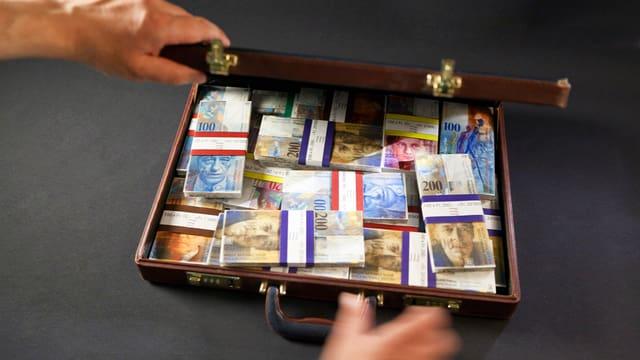 Eine mit Geldbündeln gefüllte Aktentasche.