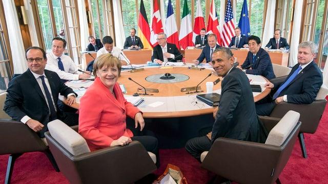Ils representants dals G7 enturn ina maisa radunda.