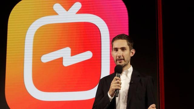 Gründer spricht vor Logo.