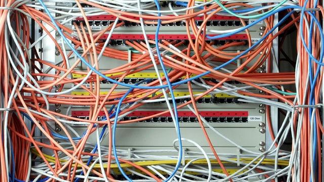 Symbolbild: Dutzende Kabel verbinden verschiedene Computer-Server.
