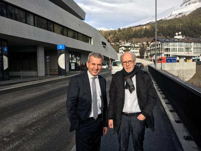 L'architect Iso Senn (dretg) e il represchentant dals investiders Andreas Roth.