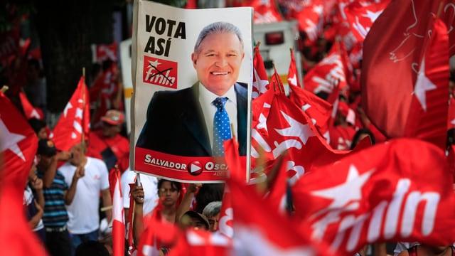 Wahlkampagne des FMLN mit dem Konterfei ihres Kandidaten Salvador Cerén.