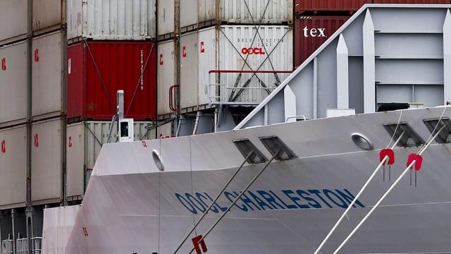 Schiff voll beladen mit Containern an einem Quai verankert