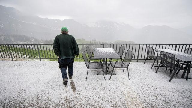 Bergterrasse nach einem Hagelsturm im Kanton Nidwalden