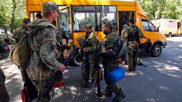 Bewaffnete besteigen Bus.