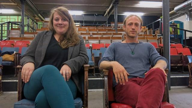 Simone Gfeller und Ramon Gossweiler sitzen vor der Tribüne im Tojo-Theater.