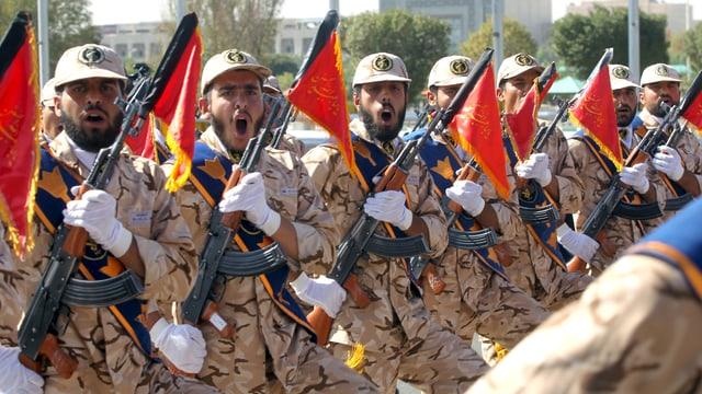 Iranische Soldaten an Militärparade