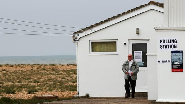 Ein Mann verlässt das Wahllokal.