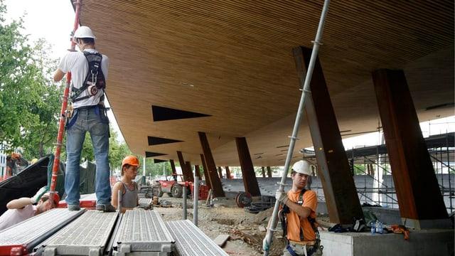 Bauarbeiter bei der Arbeit im Stadion Letzigrund