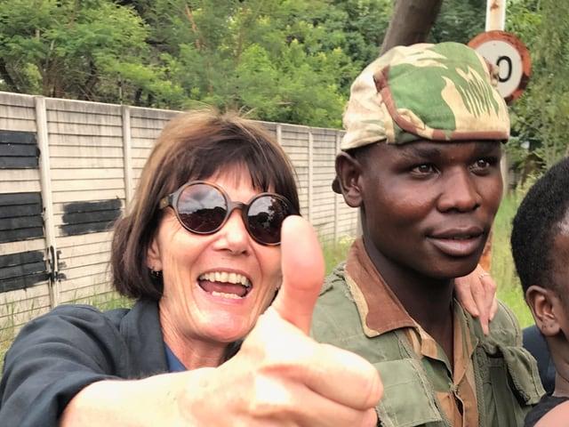 Cristina Karrer auf einer ihrer Reportagen im afrikanischen Staat Simbabwe.