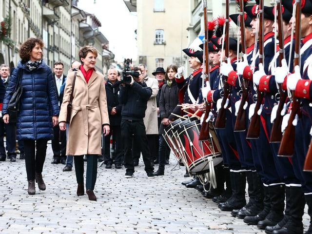 Ehrenformation und zwei Frauen.