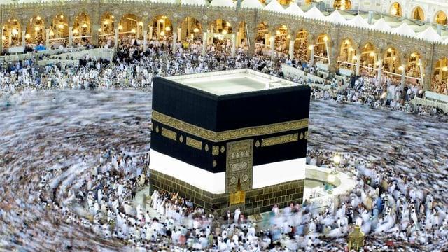 Pilger umkreisen die Kaaba in Mekka.