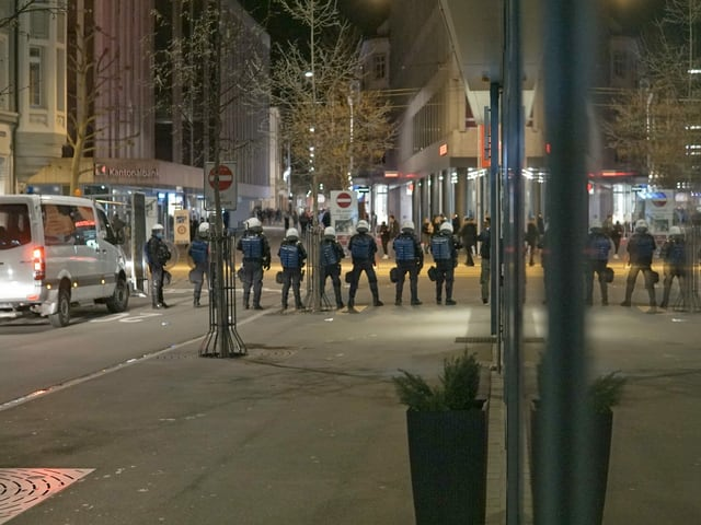 Polizisten in einer Reihe