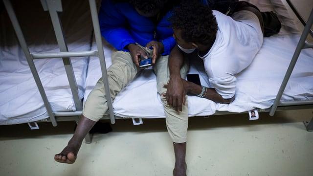 Zwei Menschen aus einem afrikanischen Land auf einem Bett