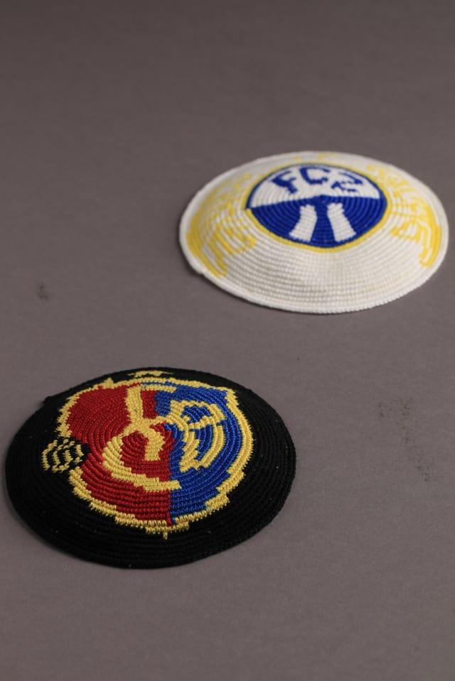 Zwei Kippas, eine mit dem Emblemen des FC Basel, eine mit jenem des FC Zürich.