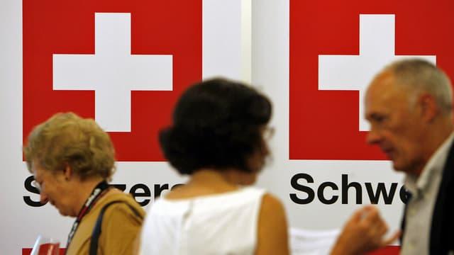 Besucher an der Auslandschweizer-Tagung in Luzern. (keystone)
