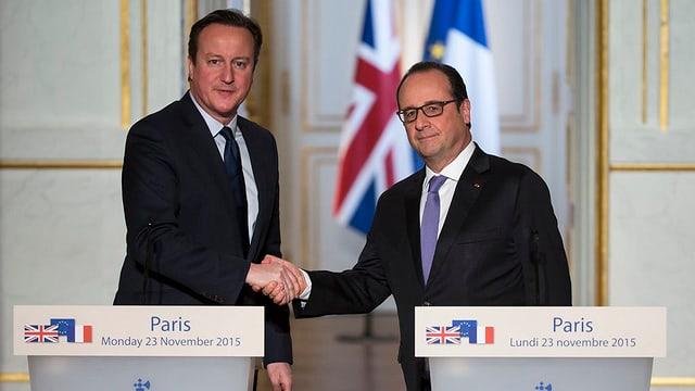 Zwei Männer schütteln sich die Hände.
