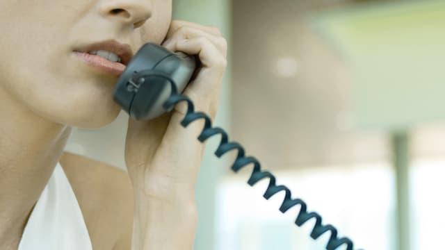 Eine Frau führt ein Telefongespräch