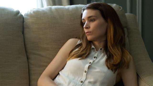 Schauspielerin Rooney Mara auf der Couch.
