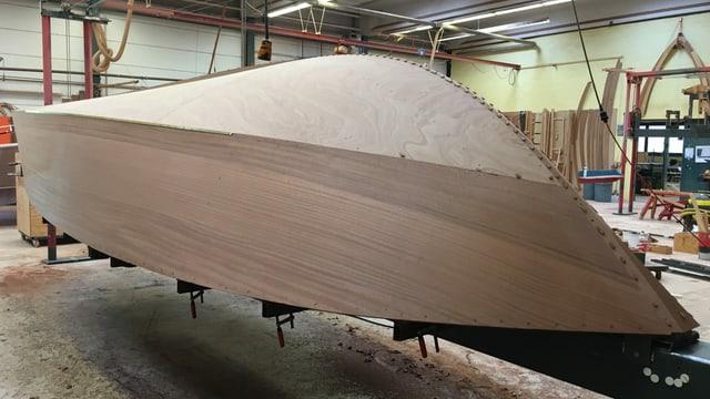 Schale eines Schiffskörpers in der Fabrikhalle der Firma Boesch