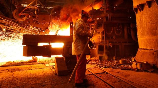 Orange Flammen und Glut bei der Stahlproduktion.