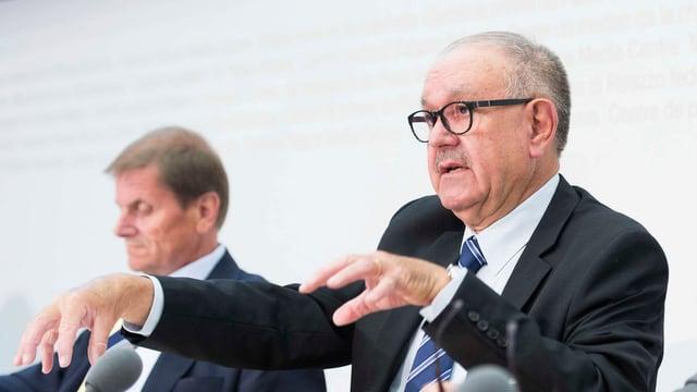 Il president da la Postcom Hans Hollenstein preschenta il rapport annunal 2016.
