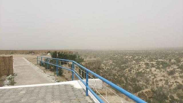 Aussichtsplattform, die auf eine trockene, dunstige Landschaft ausgerichtet ist.