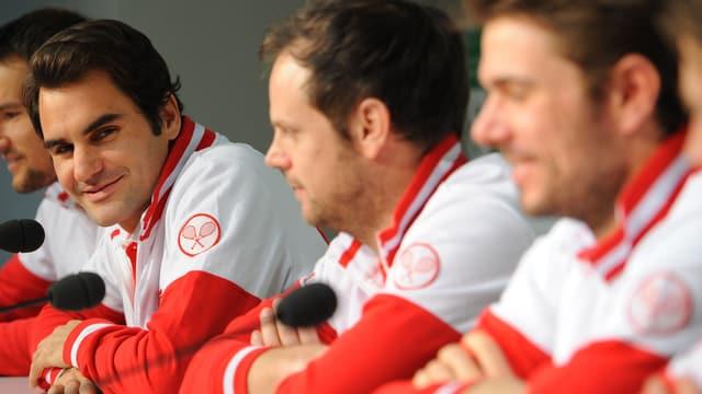 Medienkonferenz der Schweizer-Delegation, Federer, Lüthi und Wawrinka lächeln allesamt.