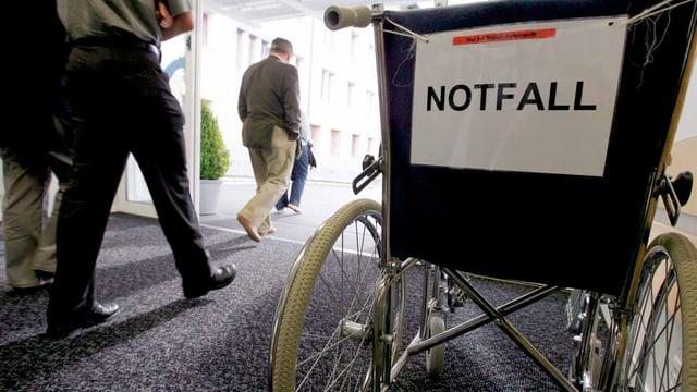 Ein Rollstuhl in der Notfallstation.