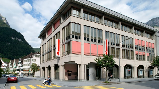 Blick auf das Gebäude der Glarner Kantonalbank in Glarus.