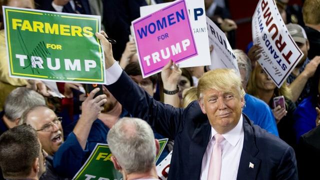 Donald Trump im badet in der Menge.