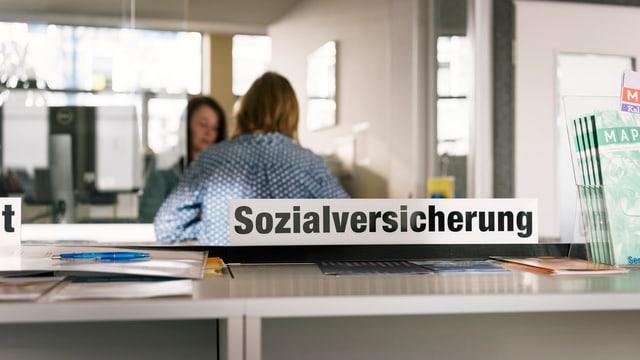 """Schalger einer Verwaltung mit einer Tafel """"Sozialversicherung""""."""