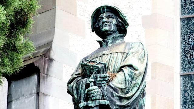 Ansicht der Zwingli-Statue in Zürich: Der Reformator hält ein Buch und ein Schwert in der Hand.