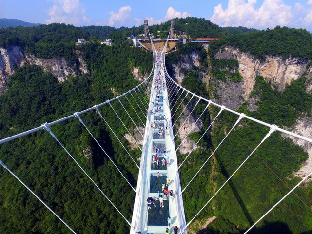 Menschen auf einer Brücke aus Glas