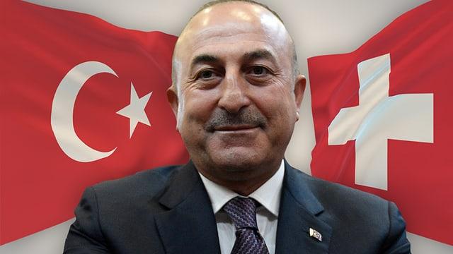 Çavuşoğlu, im Hintergrund die Schweizer und türkische Flagge.