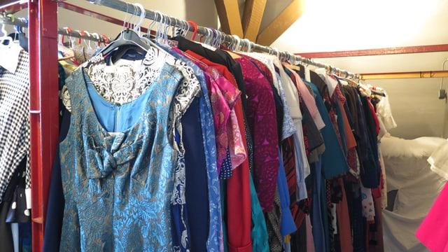 Kleiderstange mit alten Gewändern.