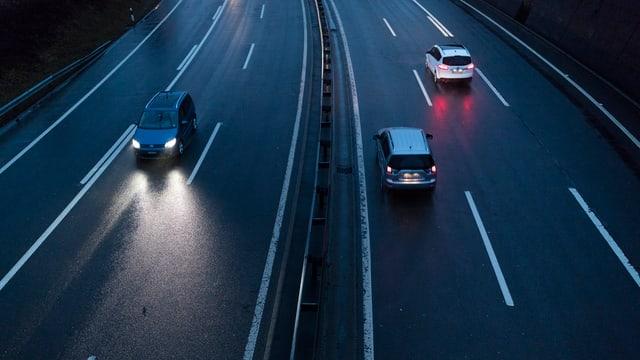 Zu sehen ist eine Autobahn in der Nacht.