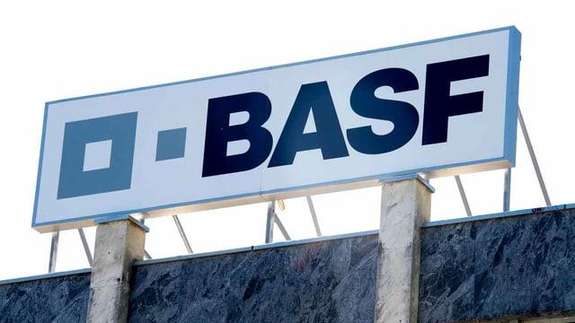 BASF-Logo über einem Gebäude