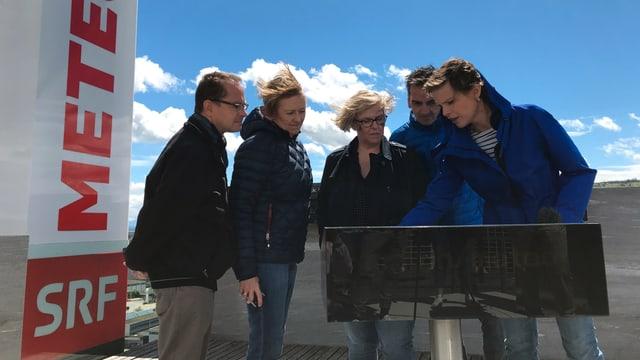 «Meteo»-Moderatorin Sandra Boner (rechts) erklärt den vier Gewinnern des «Hallo SRF!»-Wettbewerbs die Grafiken, die sie später in der Sendung verwenden wird.