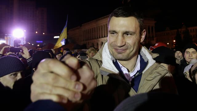 Vitali Klitschko in der Menge beim Handschlag mit einem Demonstranten in Kiew.