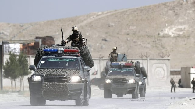 Autos militars sin via en la pli gronda basa militara americana en l'Afganistan.