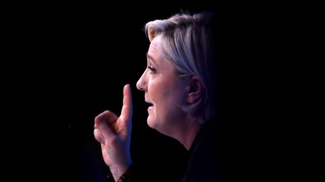 Le Pen mit erhobenem Zeigefinger