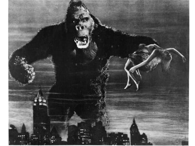 King Kong, der Riesenaffe, mit einer Frau in der Hand.