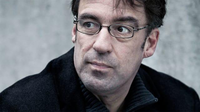 Ein Porträt des niederländischen Schriftstellers Joost Zwagerman.
