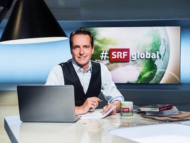 Moderator Florian Inhauser im Studio von #SRFglobal