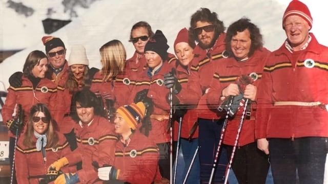 Menschen mit roten Skianzügen.