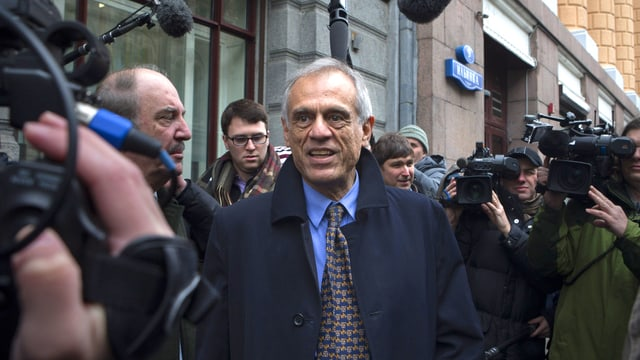 Michalis Sarris umringt von Journalisten und Kameraleuten
