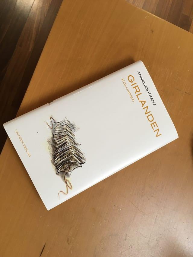 Buch Girlanden liegt auf dem Tisch